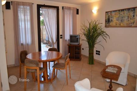 3 bedroom apartments for sale in Liguria. Three-level apartment with furniture in the center of Bordighera