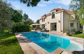 5 bedroom houses for sale in Ile-de-France. Bougival – A near 260 m² property with a garden