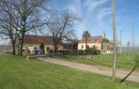 Property for sale in Hauts-de-France. Spacious villa with stables and a pasture, 35 minutes drive north of Pau, Pas-de-Calais, France