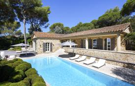 5 bedroom houses for sale in Ramatyuel. Comfortable villa with a swimming pool, a garden, a parking and sea views, Ramatuelle, France