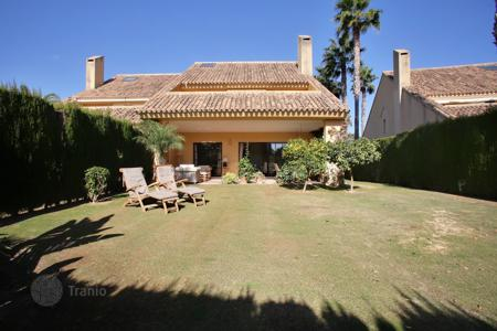 4 bedroom houses for sale in Andalusia. A spacious semi-detached villa in the very popular development of Los Granados in Sotogrande Costa