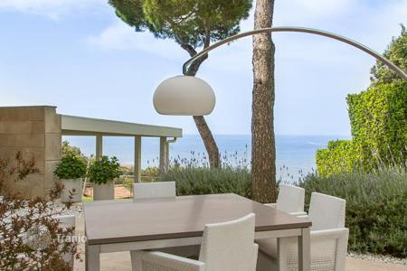 Houses with pools for sale in Tuscany. Elegant villa with swimming pool and spectacular views of the sea in Tuscany
