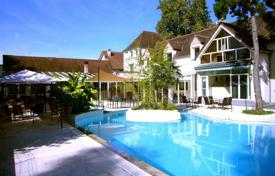 Property for sale in Occitanie. Restaurant with residential apartments and a swimming pool, on the banks of the Dordogne River, France