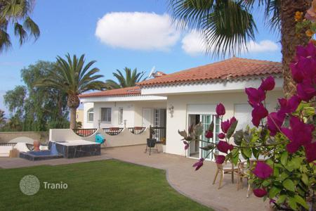 4 bedroom houses for sale in Canary Islands. Charming villa with indoor pool near Los Cristianos