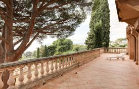 Luxury 5 bedroom houses for sale in Cannes. Provencal house with a terrace and a sea view, Cannes, France