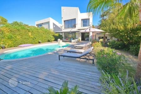 Luxury 4 bedroom houses for sale in Côte d'Azur (French Riviera). Furnished villa with garden, pool and spacious terrace at Mediterranean seashore, Cannes, France