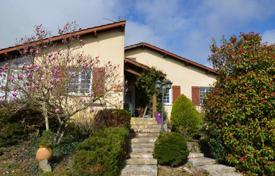 Houses for sale in Gers. Bright villa with a picturesque garden, in the heart of Gers and 20 minutes drive from Marciac, France