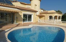 Coastal houses for sale in Costa Blanca. 5 bedroom villa with private pool and solarium 800 mts from the beach in Calpe
