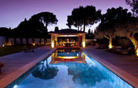 Houses with pools for sale in Saint-Tropez. Saint-Tropez — Magnificent contemporary villa