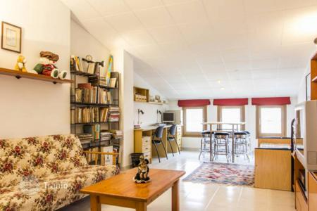 Cheap residential for sale in Vilanova i la Geltrú. Three-storey house 100 m from the beach in Vilanova i la Geltru, district Prat de Vilanova