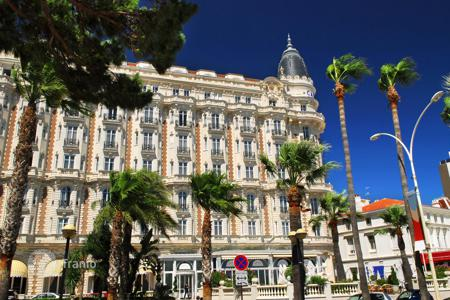 Commercial property for sale in Barcelona. Four-star hotel with restaurant and swimming pool in the center of Barcelona