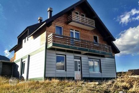 4 bedroom houses for sale in Žabljak Crnojevića. Three-storey house in the ski resort of Zabljak, just minutes from the slopes Savin Kuk. You can use a mini-hotel