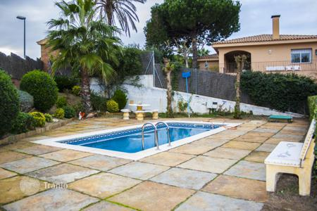 Coastal townhouses for sale in Sant Pol de Mar. Comfortable house in Sant Pol de Mar