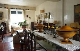 4 bedroom apartments for sale in Tuscany. Spacious apartment with two balconies and a solarium, Florence, Italy