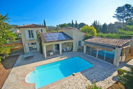 Cheap property for sale in Mougins. Villa with a garden, a swimming pool and a garage, in a gated residential complex, Mougins, France