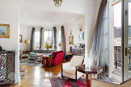 Luxury 3 bedroom apartments for sale in Paris. Paris 16th District – An over 170 m² apartment enjoying a view of the Eiffel Tower