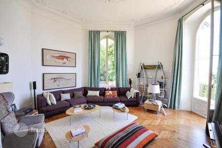 2 bedroom apartments for sale in Nice. Restored apartment with sea view and private garden in the historical building of XIX century near the Port of Nice, Cote d`Azur, France
