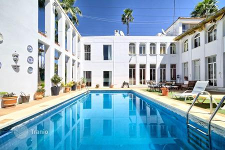 Residential for sale in Andalusia. Villa with pool and big garden, next to the golf course in Nueva Andalucia, Marbella