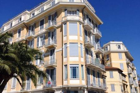 Property for sale in Liguria. Sunny apartment in the city center facing the sea and the port of San Remo. Possibility to use it as small hotel Bed & Breakfast!