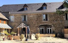 4 bedroom houses for sale in Nouvelle-Aquitaine. Two-storey villa with a swimming pool, a separate apartment and a barn, 15 minutes drive from Pau, France