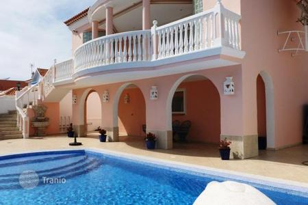 Houses with pools for sale in Callao Salvaje. Spacious villa with pool and designer finishes in the quiet town of Callao Salvaje, Tenerife