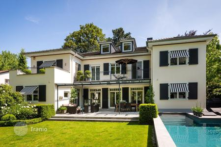 Houses with pools for sale in Frankfurt am Main. Elite three-level villa with pool, garden and garage in Frankfurt, Lerchesberg area