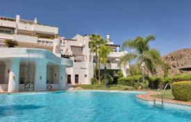 3 bedroom apartments for sale in Canary Islands. Beautiful, spacious and light, duplex corner penthouse. South facing with lovely sea, mountain and golf views. Quiet and private.