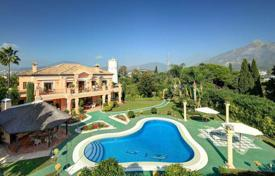 Houses for sale in Puerto Banús. Elegant mansion with a large plot in Puerto Banus, Andalusia, Spain