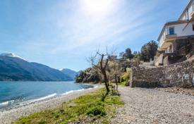 Coastal houses for sale in Lombardy. Villa with a beach area on the shores of Lake Como in Pianello del Lario