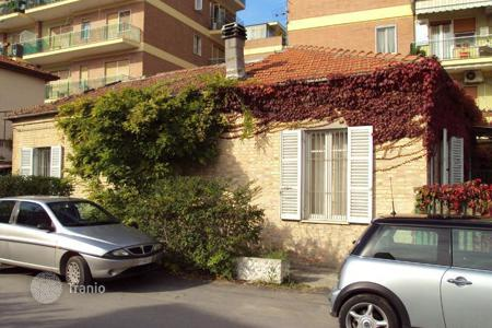 Coastal property for sale in Pescara. Detached house with garden for sale