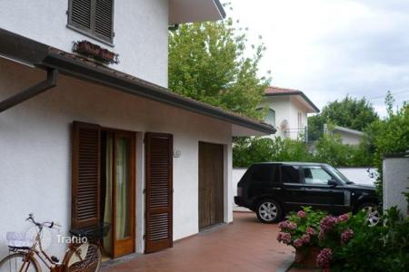 Coastal houses for sale in Forte dei Marmi. Villa with well-tended garden, gazebo and parking in a quiet green area, 500 meters from the sea of Forte dei Marmi, Tuscany, Italy