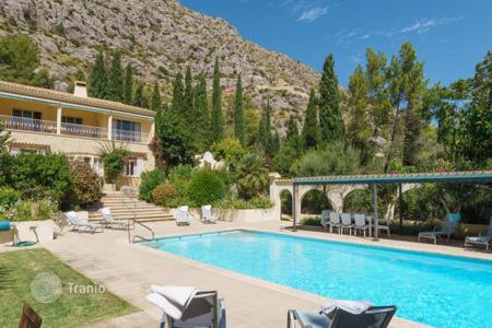 Villas and houses for rent with swimming pools in Majorca (Mallorca). Villa with private heated swimming pool at the foot of the Serra de Tramuntana, Mallorca, Balearic Islands, Spain