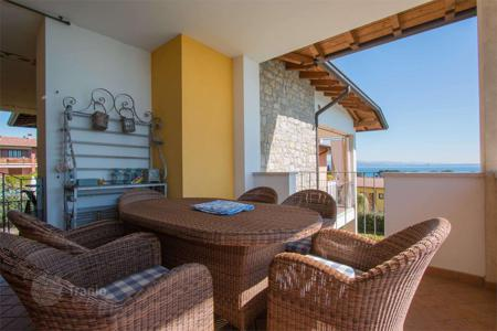 Property for sale in Padenghe sul Garda. Apartment with terrace and lake view, in Padenghe sul Garda, Italy