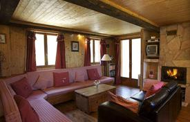 Villas and houses to rent in Savoie. Comfortable chalet with 6 bedrooms, ourdoor hot tube, sauna, and parking. France, La Tania