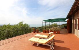 Houses with pools for sale in Umbria. The prestigious two-level farmhouse with a splendid view of Lake Trasimeno