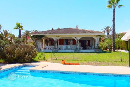 4 bedroom houses by the sea for sale in Cabo Roig. 4 bedroom villa with private pool and large garden in Orihuela Costa