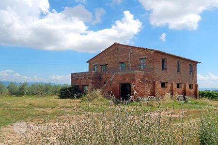 Houses for sale in Castiglione del Lago. Farmhouse for sale requiring restoration in Umbria