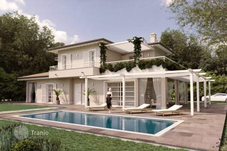 Houses with pools by the sea for sale in Tuscany. Three-storey villa with pool and garden a kilometer from the sea, in Forte dei Marmi, Tuscany, Italy