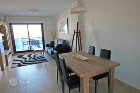 Apartments with pools by the sea for sale in Benidorm. Apartment with a large terrace, in a residential complex with a pool, 400 meters from the sea, Benidorm, Alicante, Spain. Attractive offer!