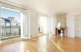 Luxury 3 bedroom apartments for sale in Ile-de-France. Paris 7th District — Enjoying a view of the Eiffel Tower