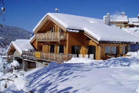 Villas and houses to rent in Meribel. Luxury chalet in the heart of the Alpine village in Meribel, France