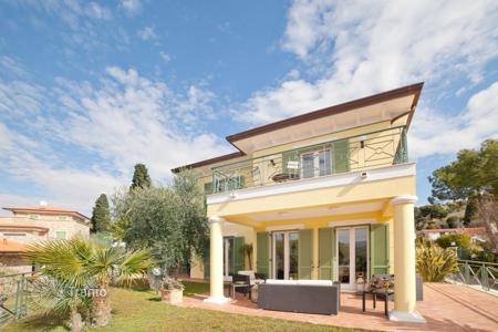 4 bedroom houses by the sea for sale in Bordighera. Beautiful villa in Bordigera, Italy