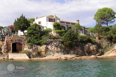 Residential for sale in San Teodoro. The Villa with direct access to the sea on the water