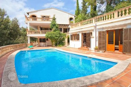 Houses with pools for sale in Palma de Mallorca. Villa with a swimming pool and a nice manicured garden in Bonaire, Mallorca, Spain