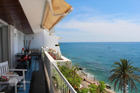 Apartments for sale in Sant Pol de Mar. Perfect flat on the first line from the sea in Sant Pol de Mar