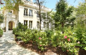 Luxury houses for sale in Neuilly-sur-Seine. Neuilly-sur-Seine – A magnificent private mansion in an extensive private garden