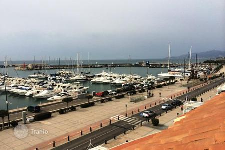 Coastal residential for sale in Costa Dorada. Four-room penthouse with a view of the sea and the port in Cambrils, Costa Dorada