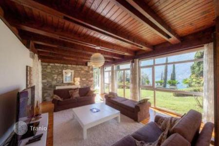 Residential for sale in Lecco. Furnished villa with pool and garden, with views of Lake Como, Colico, Italy