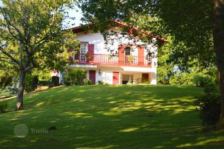 Houses for sale in Aquitaine. Ascain, only 5 minutes away from Chantaco golf course, traditional Basque-style house of 225 m² surrounded by a garden of 2200 m²