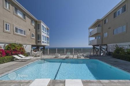 2 bedroom apartments for sale in North America. Modern apartment in a condominium in Malibu